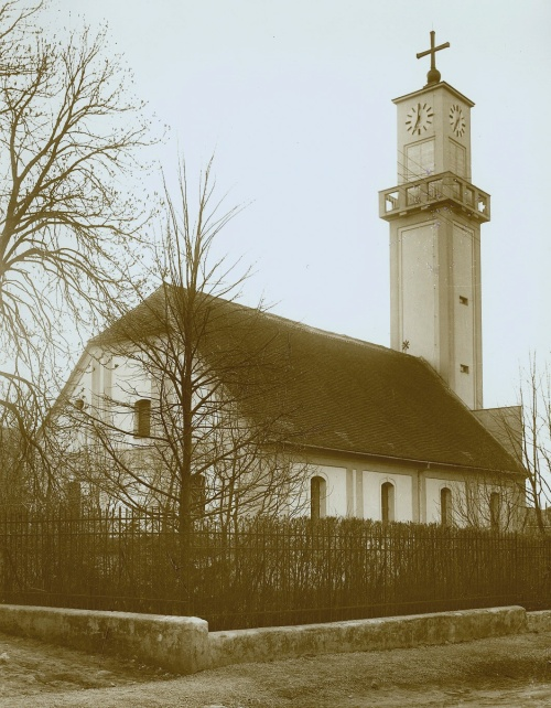 5a4e237a1 Evanjelický kostol v Novom Meste nad Váhom na dobovej fotografii krátko po  prístavbe veže v roku